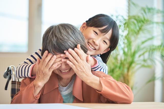 孫のために祖父母が学資保険に入れる?贈与税や相続税なども解説-サムネイル画像